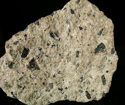 Több ásvány keverékéből felépülő kőzet az andezit